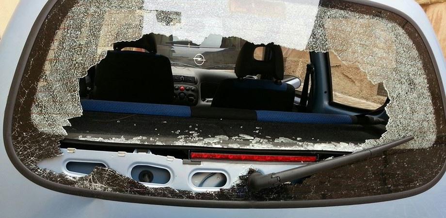 """Cassonetti rovesciati e auto danneggiate a Caltanissetta. Banda di teppisti trasforma il centro storico in """"luna park"""""""