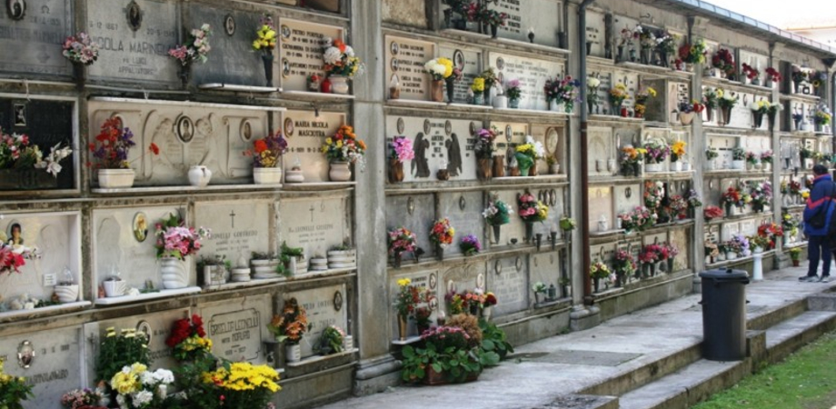 Caltanissetta, furto al cimitero: ladri portano via delle cornici in ferro