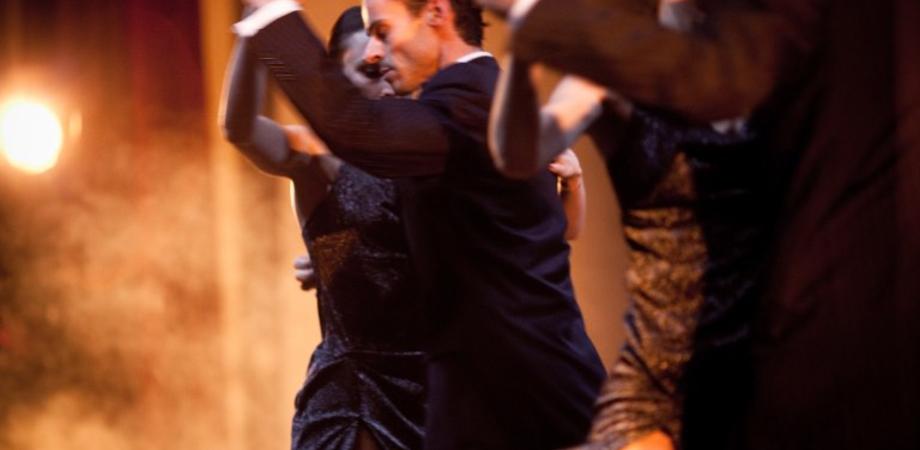 """Ritorna """"Danzando sotto le stelle"""", al villaggio Santa Barbara spettacoli fino a settembre"""