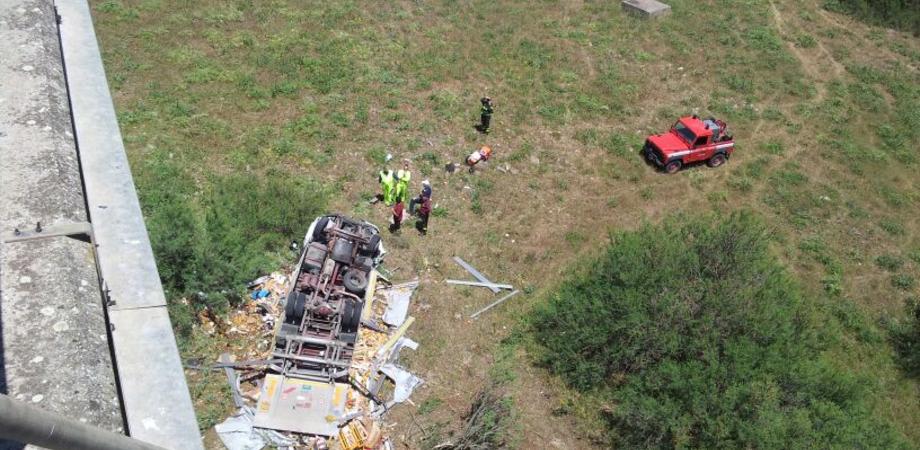 Lo schianto sul viadotto Irosa della A19. Morti i due passeggeri del camion dopo volo di 20 metri: sono padre e figlio