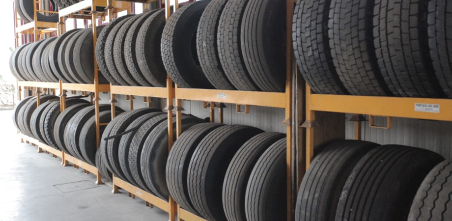 Colpo in un deposito alla zona industriale di San Cataldo: rubati furgone e numerosi pneumatici