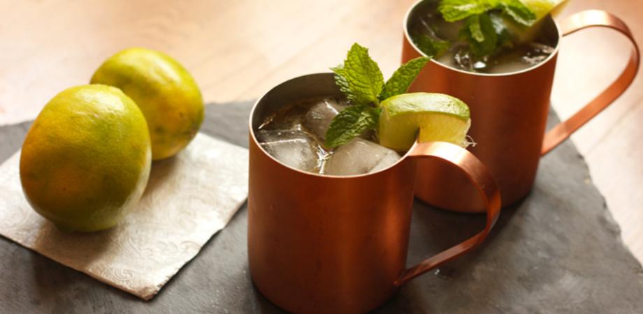Al Corona Wine Bar una tazza di rame per il Moscow Mule