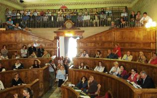 http://www.seguonews.it/caltanissetta-alla-provincia-scatta-la-protesta-dei-dipendenti-sit-in-davanti-la-prefettura-chiesto-incontro-a-crocetta