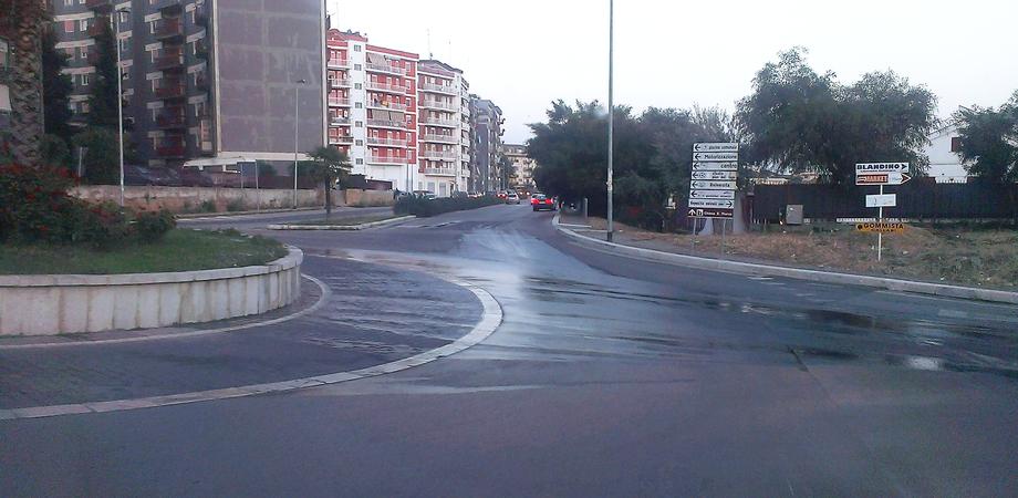 Scontro alla rotatoria di via Filippo Turati. Auto centra scooter, studentessa finisce al Pronto soccorso