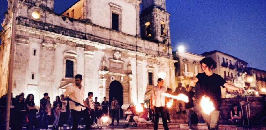 Suoni, colori e tanto sprint. Il centro storico di Caltanissetta rivive grazie agli artisti e ai commercianti LE FOTO