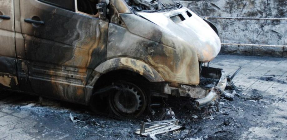 Ennesimo attentato notturno a Niscemi. Piromani danno alle fiamme il furgone di un operaio