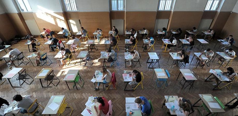 Maturità, ansia da espulsione: uno studente su quattro non farà copiare il compito. I vecchi trucchetti per sbirciare piacciono