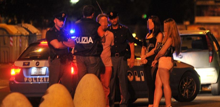 """Marciapiede conteso in via Rochester, prostitute romene picchiano connazionali """"rivali"""". Polizia denuncia quattro """"lucciole"""""""