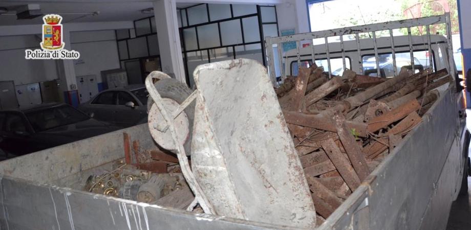 Polizia sventa a Caltanissetta furto di ferro in deposito. Catturato uno dei ladri, in fuga il complice