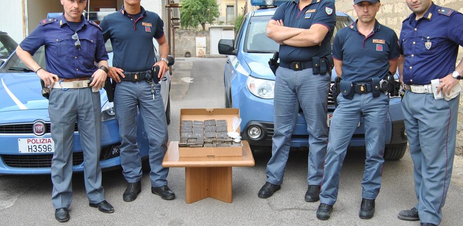 Dodici chili di hashish e cocaina, maxi sequestro in provincia di Caltanissetta. La Polizia arresta 3 giovani a Niscemi
