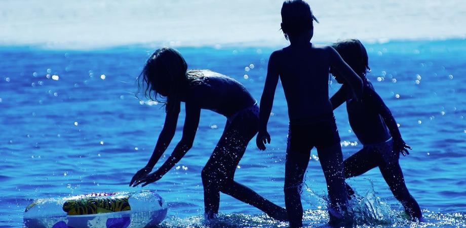 Bambine rischiano di annegare al largo di San Leone. Poliziotto nisseno e il cognato si tuffano e salvano anche bagnante