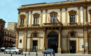 http://www.seguonews.it/crollano-calcinacci-dal-municipio-di-caltanissetta-detriti-sfiorano-passante-col-bebe-e-la-consigliera-ricotta