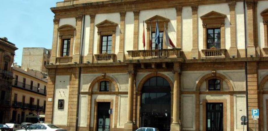Crollano calcinacci dal Municipio di Caltanissetta. Detriti sfiorano passante col bebè e la consigliera Ricotta