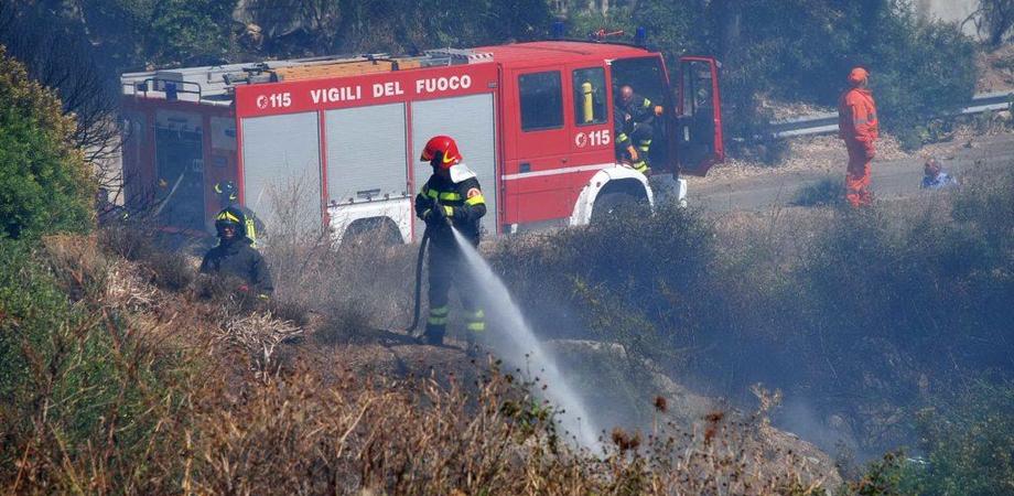 Allerta incendi oggi in Sicilia: Caltanissetta tra le zone ad alto rischio. Vigili del fuoco e forestali mobilitati