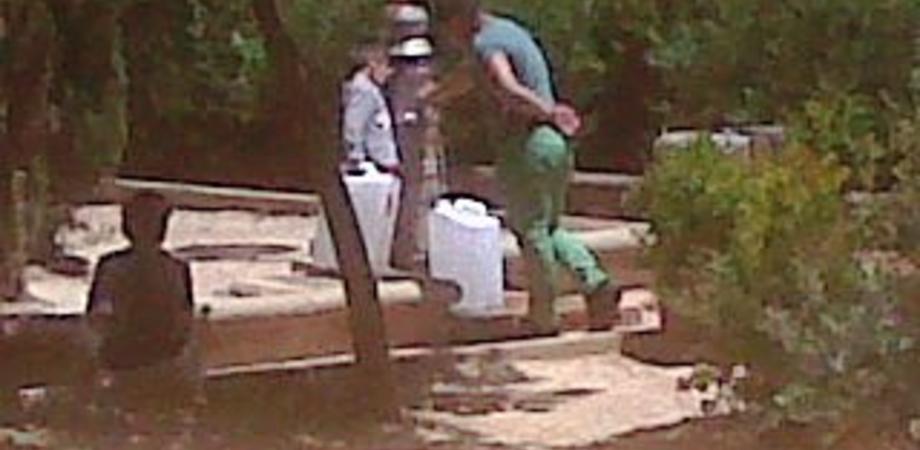 Emergenza idrica a Caltanissetta. Niente acqua dai rubinetti e c'è che si rifornisce ai giardinetti