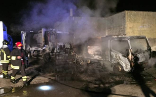 https://www.seguonews.it/la-malavita-alzata-il-tiro-a-niscemi-piromani-danno-alle-fiamme-quattro-camion-per-la-raccolta-dei-rifiuti