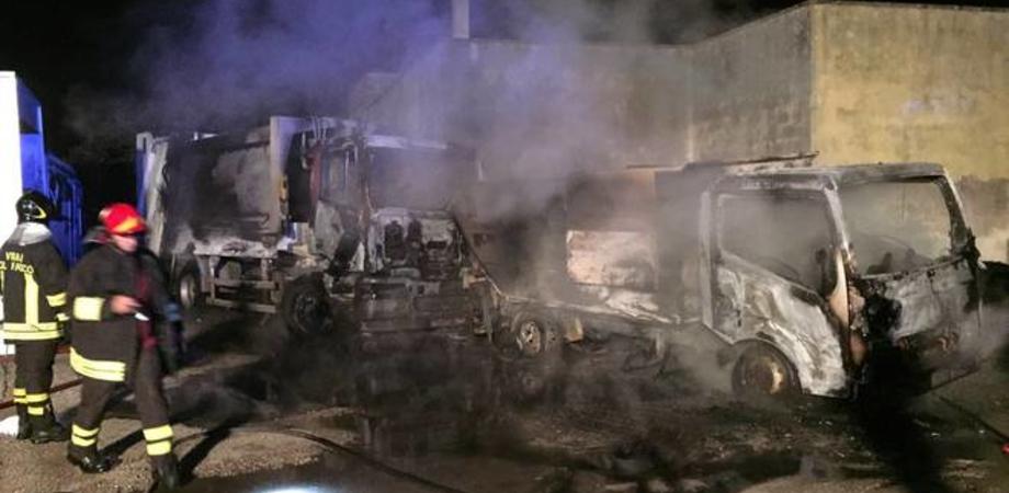 La malavita alzata il tiro a Niscemi. Piromani danno alle fiamme quattro camion per la raccolta dei rifiuti