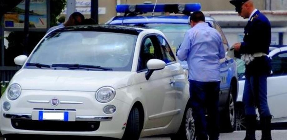 """Sfreccia in auto con carico di droga. In casa trovato il kit del """"pusher"""": giovane finisce in manette a Niscemi"""