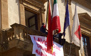 http://www.seguonews.it/disoccupati-minacciano-di-suicidarsi-tensione-al-municipio-di-caltanissetta-cantieri-di-servizio-esplode-la-rabbia-abbiamo-fame