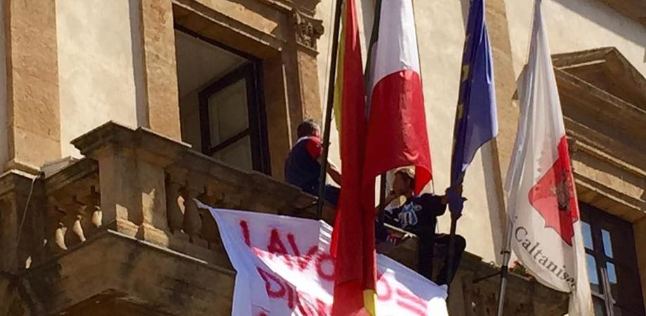"""Disoccupati minacciano di suicidarsi, tensione al Municipio di Caltanissetta. Cantieri di servizio, esplode la rabbia: """"Abbiamo fame"""""""