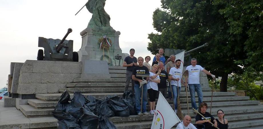 """Ramazze e buona volontà, il M5S Caltanissetta ripulisce il monumento ai Caduti. Appello ai nisseni: """"Unitevi a noi"""""""