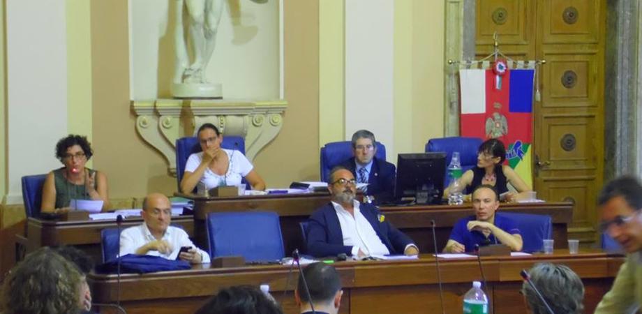 """Tari a Caltanissetta, il Consiglio decide l'aumento. Opposizione all'attacco: """"Tassa ingiusta per un servizio inefficiente"""""""