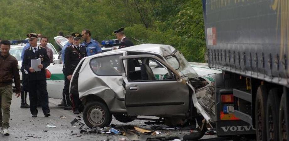 Si schianta contro camion: un morto a Bologna. Illeso camionista di Caltanissetta