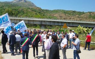 http://www.seguonews.it/la-marcia-della-protesta-a-scillato-contro-la-paralisi-a-tre-mesi-dal-crollo-del-pilone-solo-valzer-di-parole