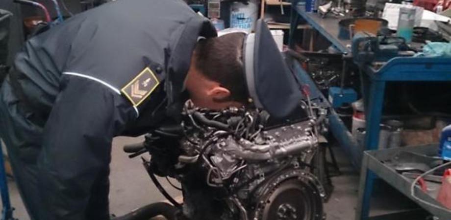 Meccanico evasore totale, chiusa officina abusiva nel Nisseno. La Finanza sequestra le auto di tutti i clienti