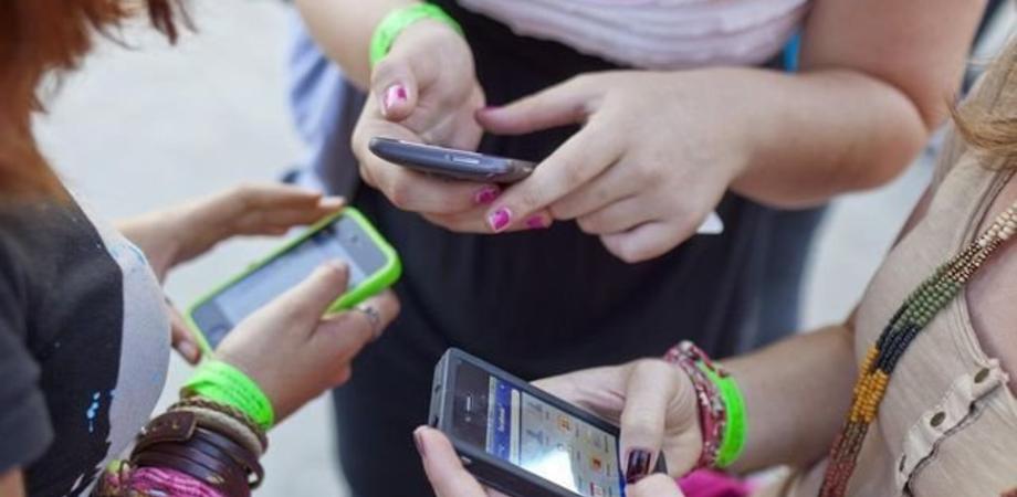 """Uso dello smartphone, gli italiani sono i primi """"smanettoni"""" in Europa. Spopolano le chat, le donne le usano di più"""