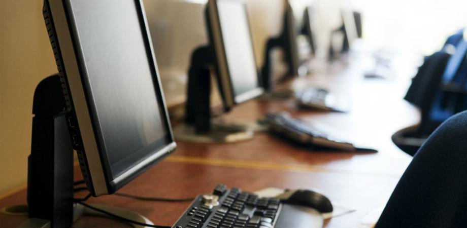 Unicredit dona sei computer alla parrocchia di Niscemi. Saranno utilizzati per i progetti educativi rivolti ai giovani