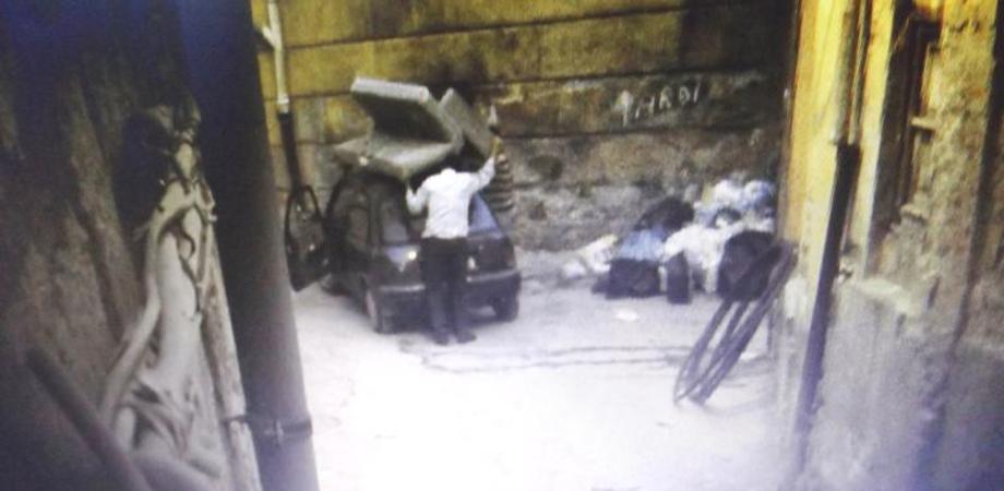 A Caltanissetta chi sporca paga. Scarica divano in centro storico, incastrato dalla videosorveglianza