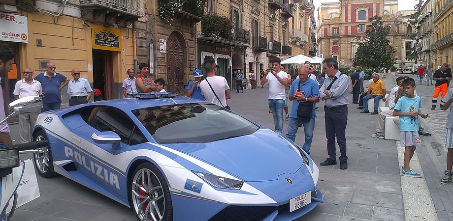 Tutti pazzi per la Lamborghini della Polizia. A Caltanissetta sfila il bolide che corre per salvare vite umane