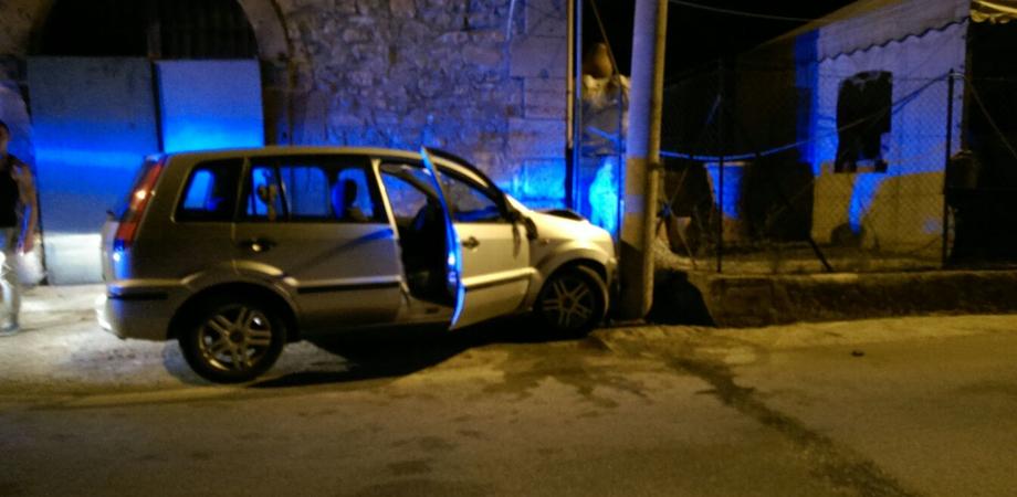 """Caltanissetta, auto contro palo alla curva del """"quartararo"""". Romeno brillo alla guida denunciato dalla Polizia"""