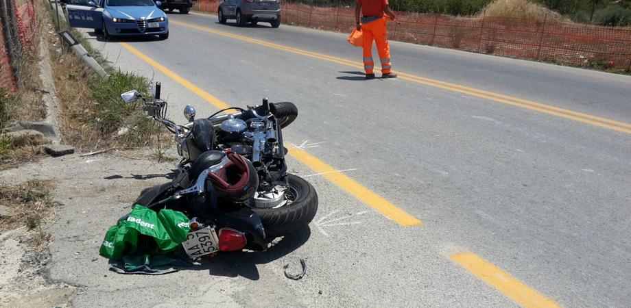 Schianto sul rettilineo di Favarella, moto contro auto. Giovane centauro ferito ricoverato a Caltanissetta