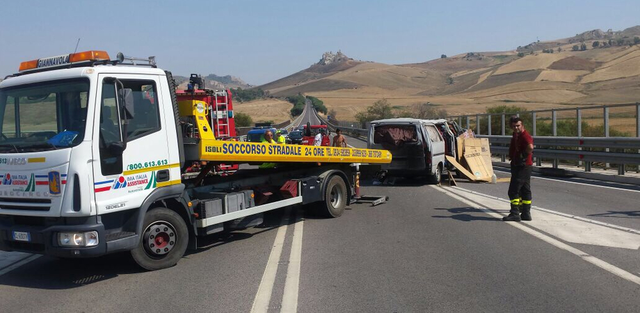 Esplode ruota, furgone si ribalta alle porte di Caltanissetta. Ferite lievi per due ambulanti marocchini