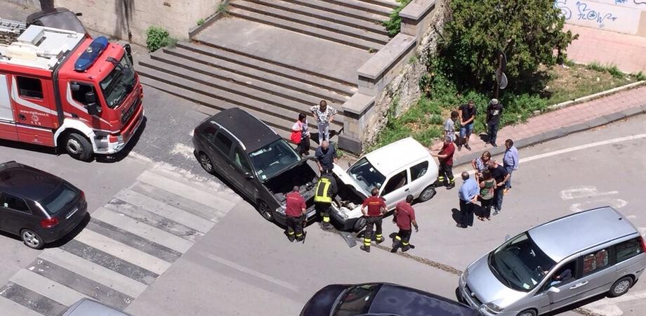 """Ennesimo incidente stradale a Caltanissetta. """"Patatrac"""" tra auto in via Rosso di San Secondo, illesi i conducenti"""