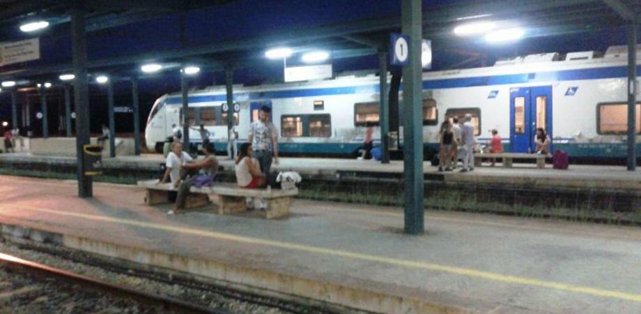 """Odissea a Xirbi, il treno ritarda due ore. Passeggeri esasperati lasciati senza bagni né acqua. """"Viviamo nel degrado"""""""