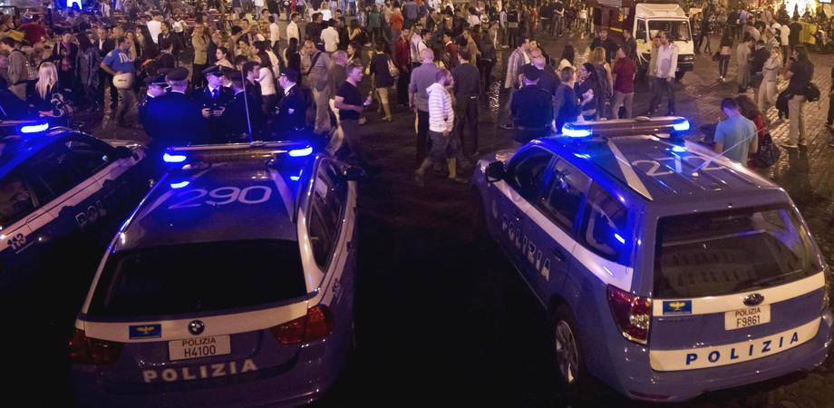 Movida a Caltanissetta, controlli interforze in centro storico. Segnalati 4 giovani per droga, centinaia di persone fermate