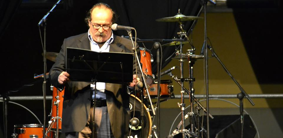 """""""Noi ci siamo Village"""". Giorgio Villa, stasera one man show in corso Umberto"""