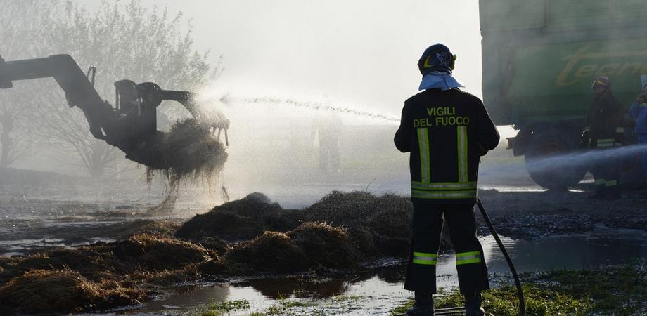 Maxi incendio in un'azienda agricola di Delia. Le fiamme distruggono capannone e macchinari agricoli