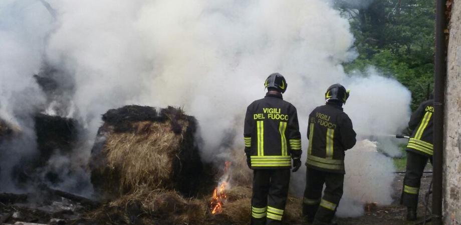 Vasto rogo in fienile tra Caltanissetta e San Cataldo. Mobilitati vigili del fuoco e mezzi della Forestale
