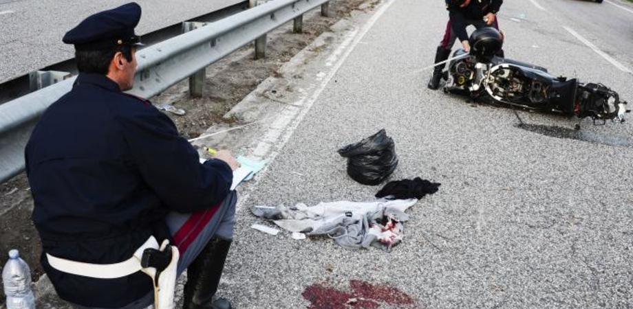 Grave incidente sulla statale 410. Motocicletta urta guardrail, due giovani di Serradifalco precipitano nel burrone