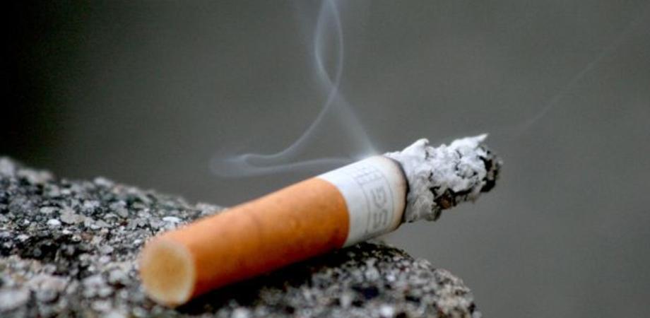 Balcone va a fuoco a Caltanissetta, danneggiati armadietto e serranda. Il rogo causato da una cicca di sigaretta