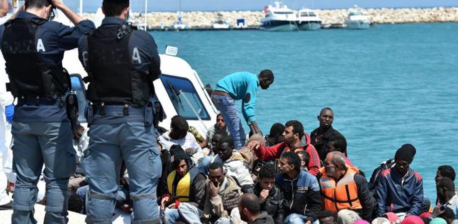 Profughi in fuga salvati nel Canale di Sicilia. Pasqua in prima linea per la Guardia Costiera