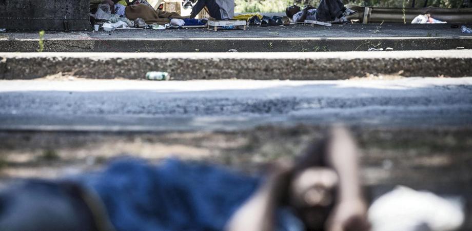 Immigrati accampati a Pian del Lago: la Polizia sgombera 20 stranieri dal PalaCannizzaro