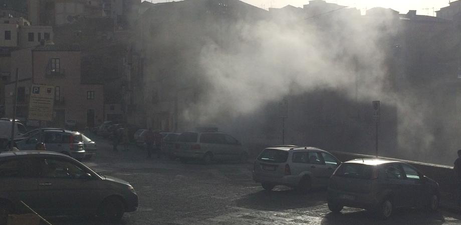 Auto a fuoco in piazza Mercato Grazia. Passanti spengono l'incendio provocato da un corto circuito