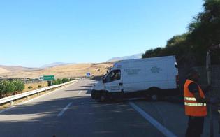 http://www.seguonews.it/caltanissetta-incidente-autonomo-sulla-a19-furgone-sbanda-e-si-ribalta-illesi-due-giovani