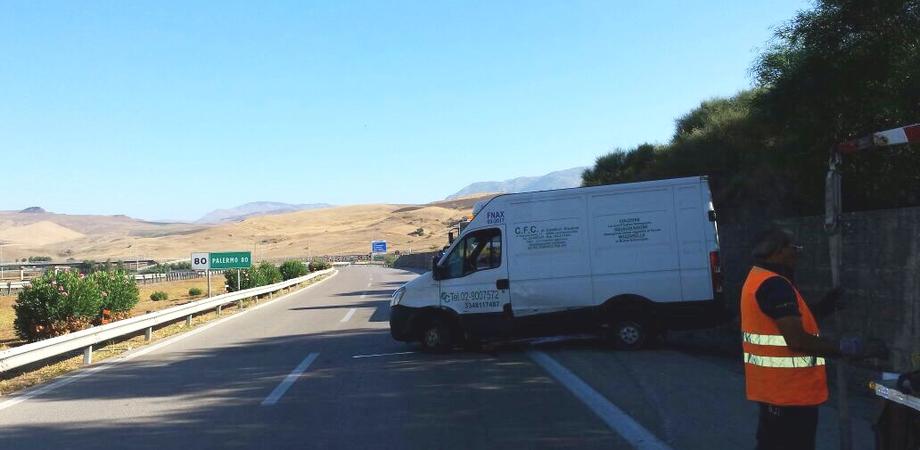 Caltanissetta, incidente autonomo sulla A19. Furgone sbanda e si ribalta, illesi due giovani che trasportavano latticini