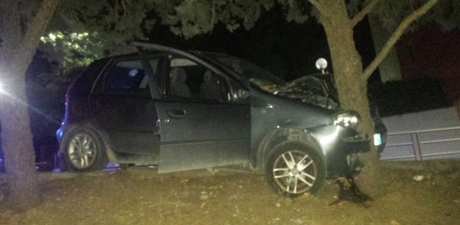 Auto sbanda e impatta contro albero in via Pisacane, lievi ferite per due giovani di Caltanissetta